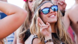 Ragazza festeggia a Tomorrowland