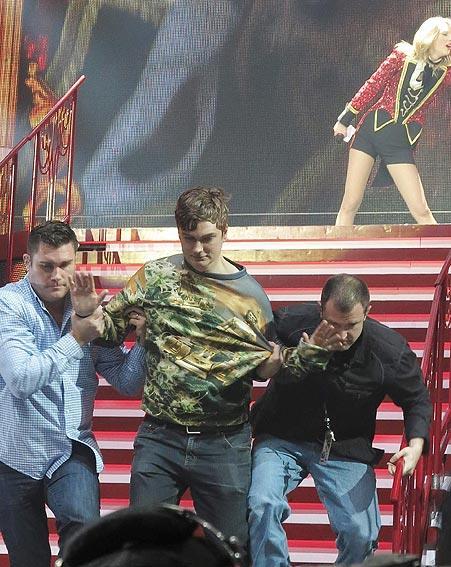 Bodyguard portano via il fan salito sul palco durante il concerto di Taylor Swift