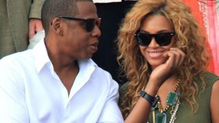 Jay-Z fa una carezza alla moglie Beyoncé