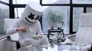 Il dj Marshmello in una foto che lo ritrae mentre fa colazione con i gustosi dolcetti