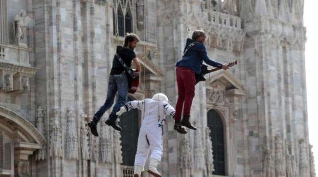 I Sonohra davanti al Duomo di Milano
