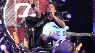 Dave Grohl con la gamba rotta sul palco