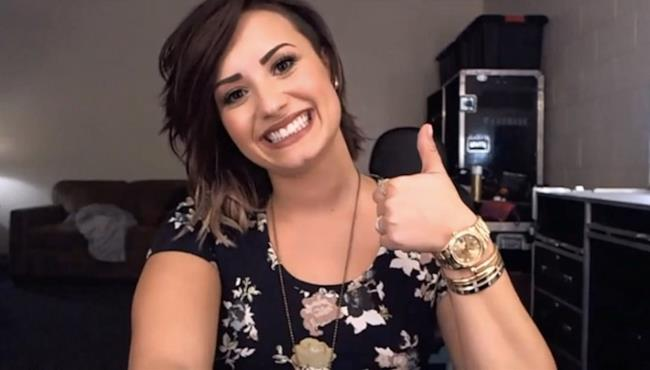 Demi Lovato sorride ai fan hangout su Google Plus