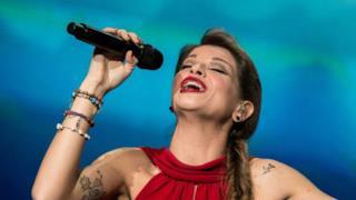 Alessandra Amoroso canta vestita di rosso