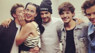 Katy Perry con i One Direction riceve un bacio da Niall Horan