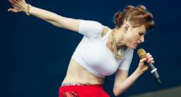 Kiesza canta e balla durante una performance live