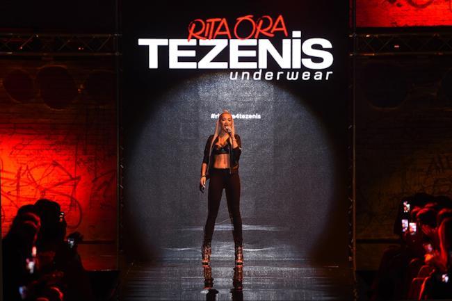 Rita Ora durante la live performance per Tezenis