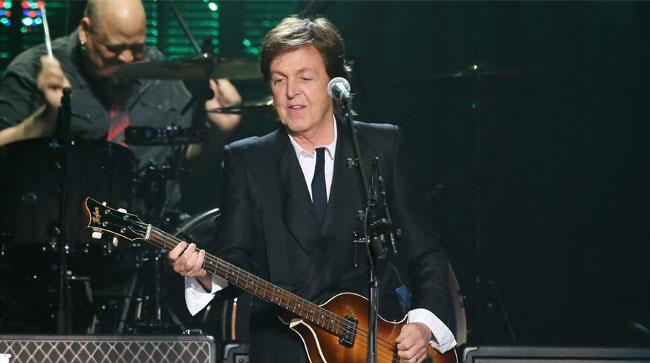 Paul McCartney suona il basso sul palco