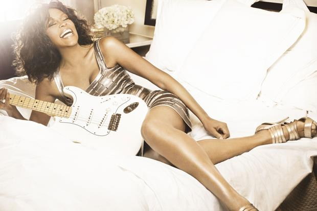 Whitney Houston con la chitarra sul letto