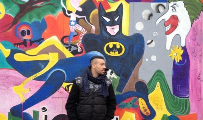 Mondo Marcio con alle spalle il muro di Berlino
