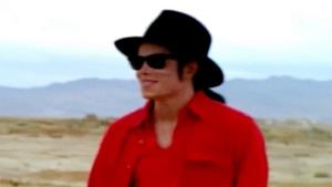 Michael Jackson con camicia rossa e cappello nero in video d'epoca