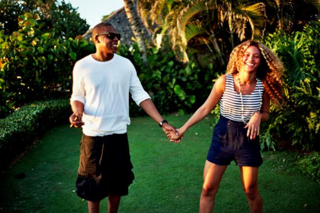 Beyoncé e Jay-Z mano nella mano in giardino