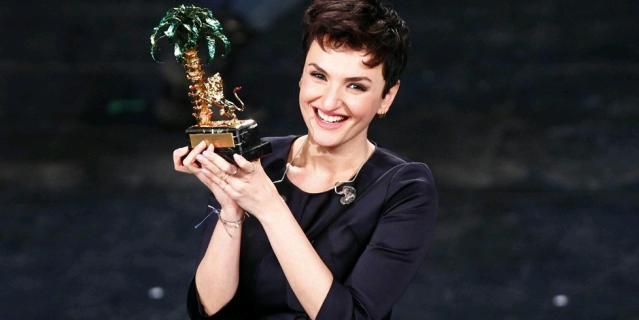 Arisa con il premio del Festival di Sanremo 2014