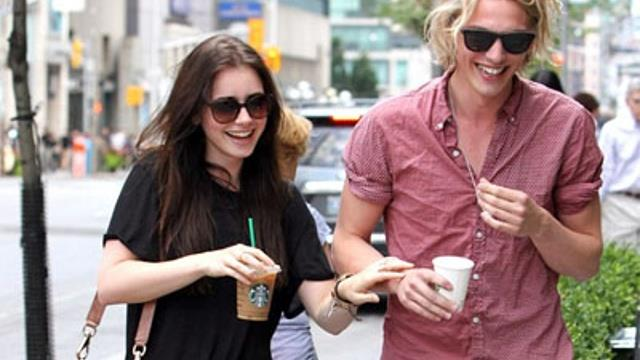 Jamie Campbell Bower e Lily Collins passeggiano insieme dopo Starbucks