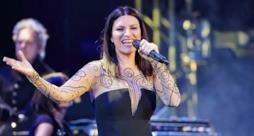 Laura Pausini canta sul palco