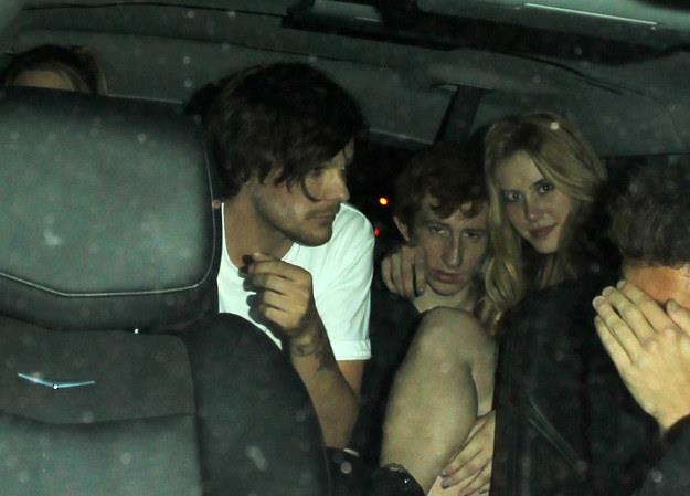 Louis Tomlinson e Briana Jungwirth in macchina insieme ad altri amici