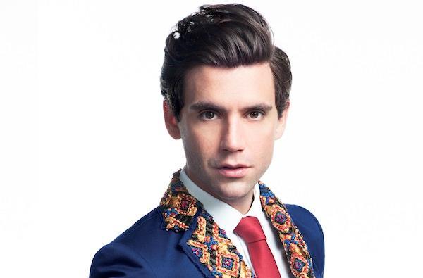 Primo piano di Mika con giacca e cravatta