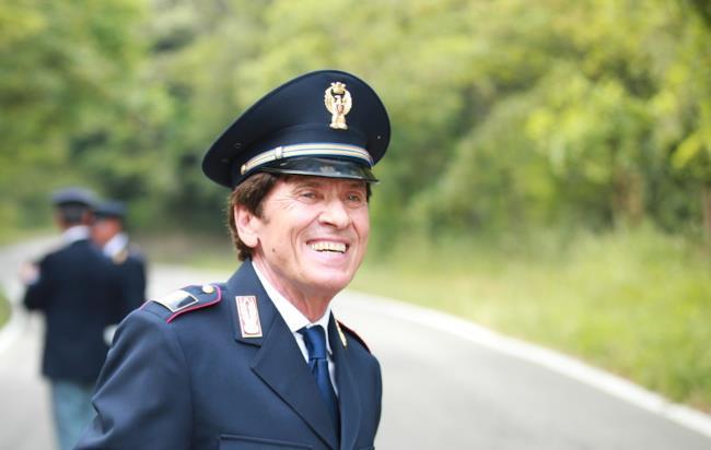 Gianni Morandi vestito da poliziotto