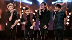 Gli One Direction sul palco degli American Music Awards 2015