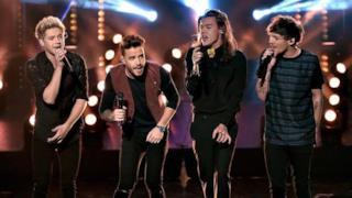 Gli One Direction sul palco degli American Music Awards 2015