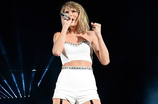 Taylor Swift sul palco durante una tappa del 1989 World Tour