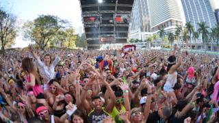 Folla di amanti della musica dance