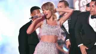 Taylor Swift canta Shake It Off agli MTV VMAs 2014