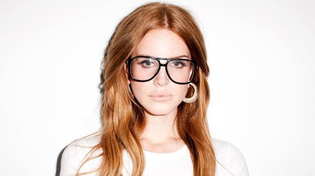 Primo piano di Lana Del Rey con grossi occhiali da vista