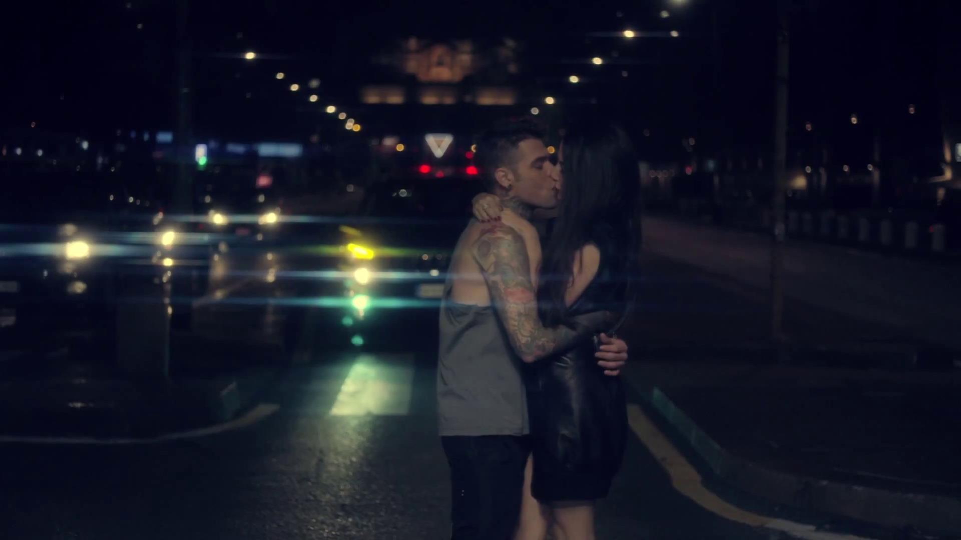 il bacio tra Fedez e Giulia Valentina nel video Magnifico