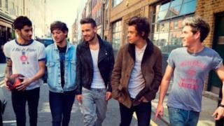 I cinque componenti dei One Direction passeggiano per strada