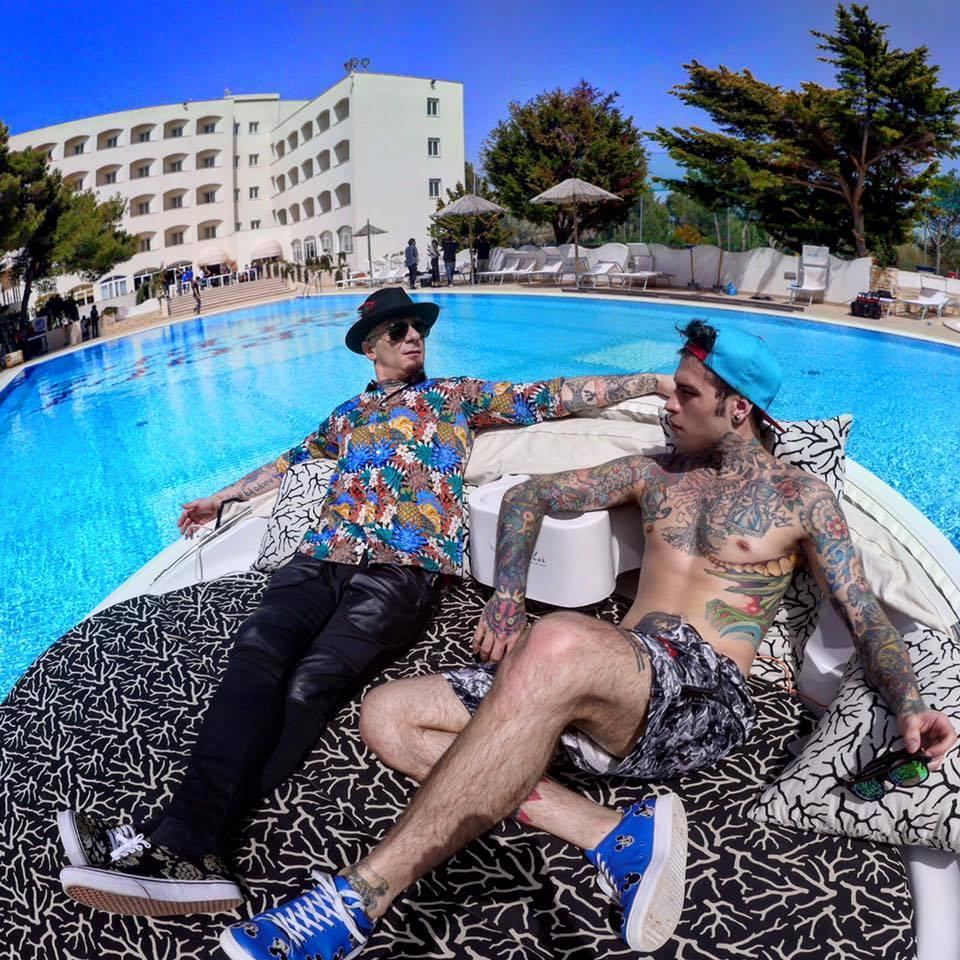 J-Ax e Fedez mentre girano il loro video