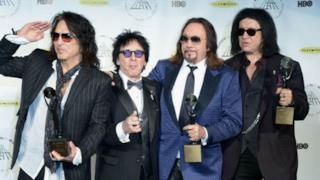I membri dei Kiss sono la statuetta in mano