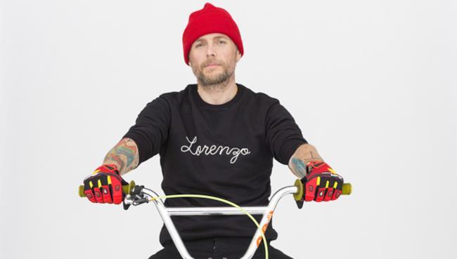 Jovanotti in sella a una bici