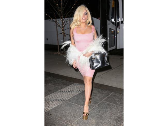 Lady Gaga con parrucca bionda e abito rosa