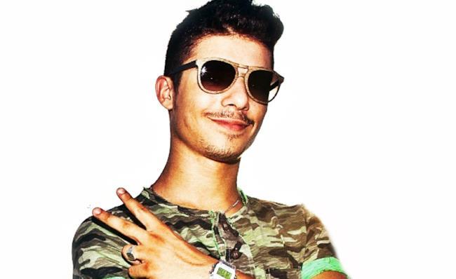 Moreno con occhiali da sole e tshirt mimetica