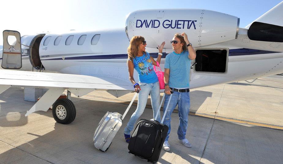 David Guetta e consorte fotografati davanti il loro jet privato