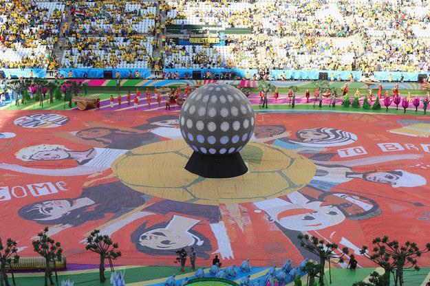 La palla al centro dello stadio all'inizio della cerimonia