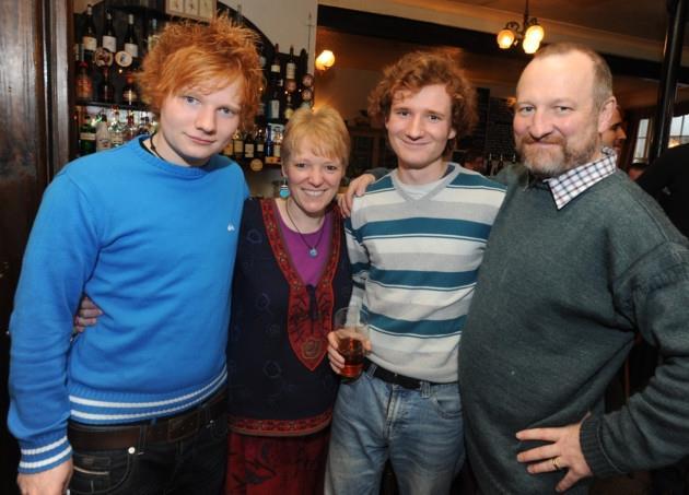 Ed Sheeran con la madre Imogen, il fratello Matthew e il padre John