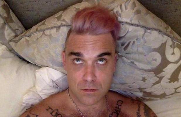 Robbie Williams con i capelli rosa