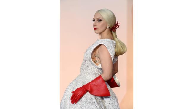 Lady Gaga con i guanti rossi