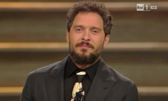 Claudio Santamaria sul palco dell'Ariston