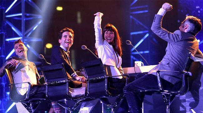 I quattro giudici di X Factor 8 ridono seduti dietro il bancone