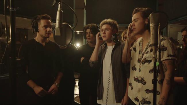 I one direction cantano la prima strofa It's Christmas time, and there's no need to be afraid