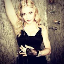 Madonna posa con un frustino in bagno