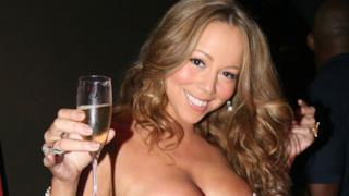 Mariah Carey con un bicchiere in mano