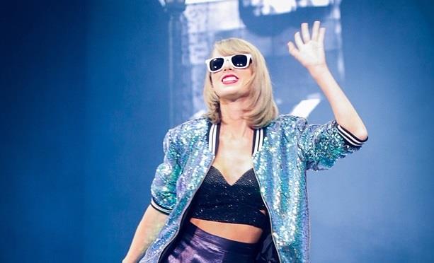 Taylor Swift saluta i fan dal palco del 1989 tour