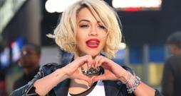 Rita Ora fa un cuore con le mani