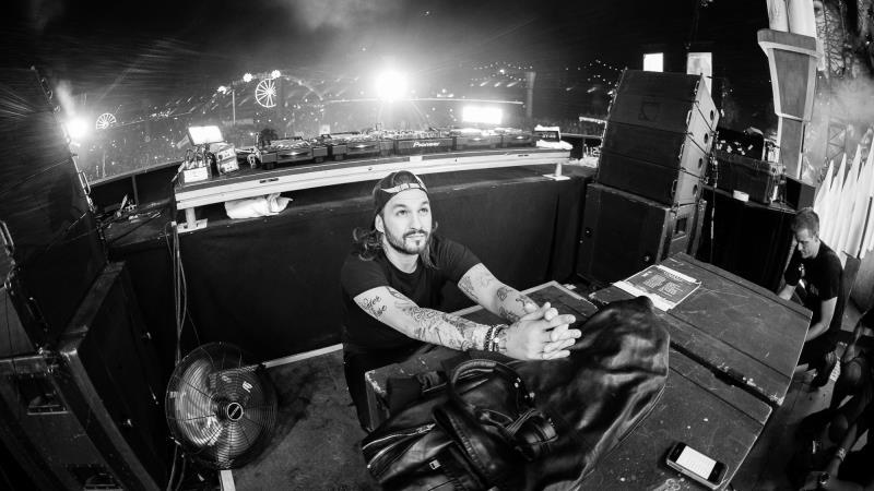 Steve Angello ha affermato che i DJ utilizzano sempre gli stessi suoni non portando nulla di nuovo nella musica EDM