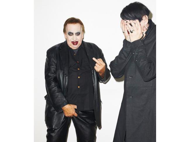 Il padre di Marilyn Manson fa il dito medio