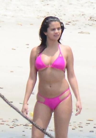 Selena Gomez in bikini al mare